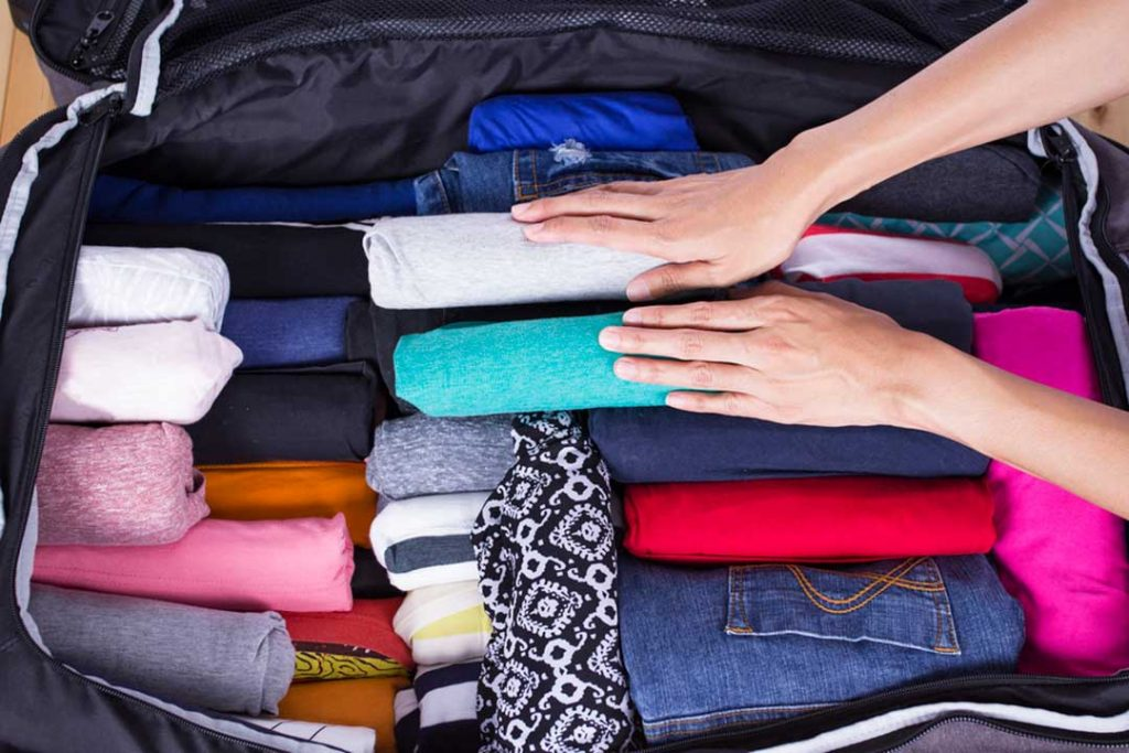 enrollar-la-ropa-en-el-equipaje-de-mano